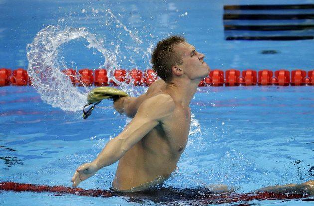 Kazach Dmitrij Balandin se raduje z olympijského zlata.