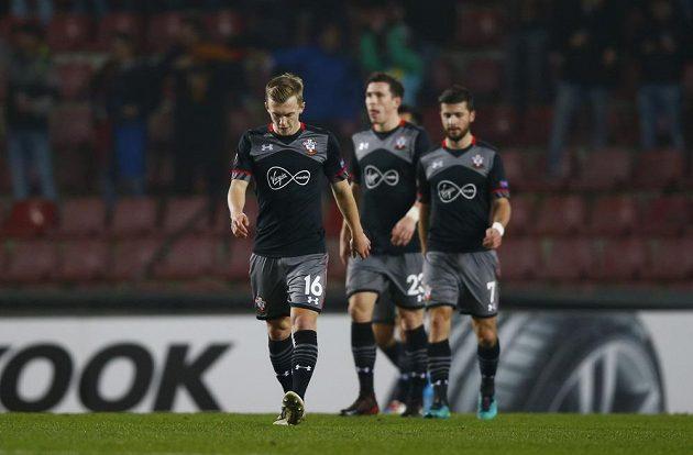 Smutný James Ward a další hráči Southamptonu po brance inkasované od Sparty.