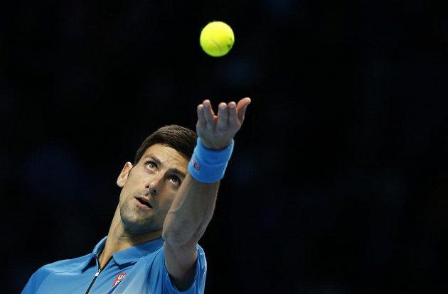 Srb Novak Djokovič při utkání s Tomášem Berdychem na Turnaji mistrů v Londýně.