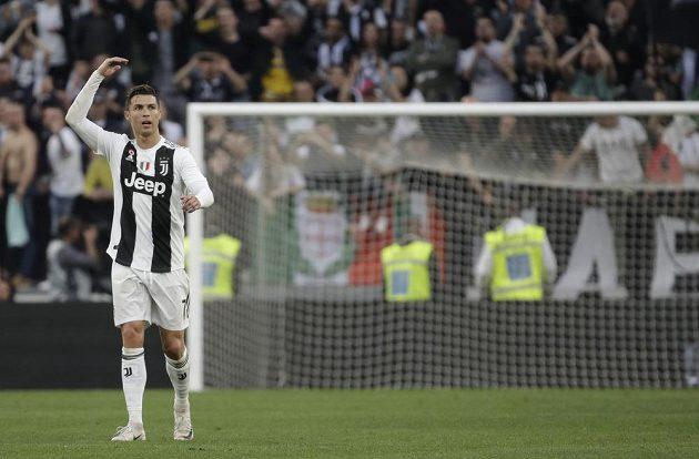 Portugalský fotbalista Cristiano Ronaldo může slavit první titul v italské lize.