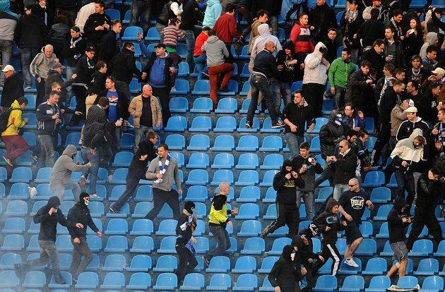 Fanoušci Baníku Ostrava během utkání se Spartou.