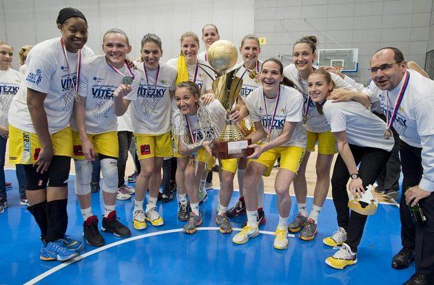 Radující se basketbalistky USK Praha, které ve finále domácí ligy zdolaly Nymburk.
