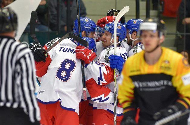 Čeští hokejisté se radují z gólu v přípravě s Německem.
