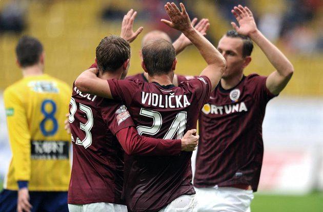 Fotbalisté pražské Sparty slaví gól proti Teplicím. Zleva Ladislav Krejčí, Vlastimil Vidlička a Ondřej Švejdík.