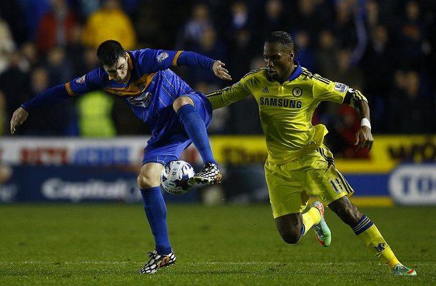Záložník Shrewsbury Bobby Grant (vlevo) v souboji s útočníkem Chelsea Didierem Drogbou v osmifinále Ligového poháru.