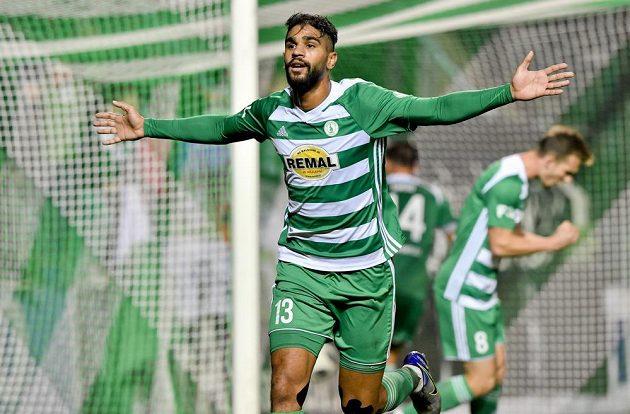 Abdulla Yusuf Helal z Bohemians se raduje z prvního gólu.