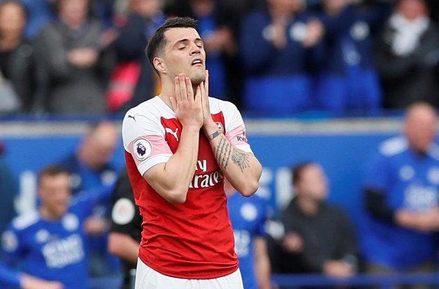 Zklamaný Granit Xhaka z Arsenalu po porážce Kanonýrů v Leicesteru.