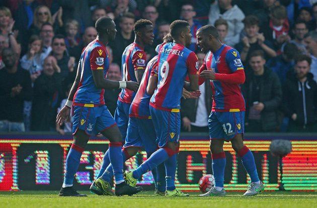 Hráči Crystalu Palace oslavují branku Yohana Cabaye proti West Bromwichi.