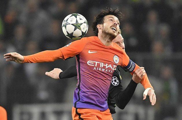 David Silva z Manchesteru City v souboji s Oscarem Wendtem z Borussie.