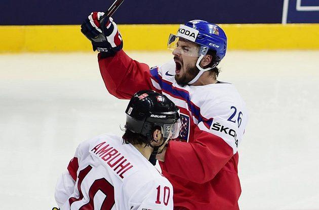 Český útočník Martin Zaťovič se raduje z gólu proti Švýcarsku. Vpředu je útočník Helvétského kříže Andres Ambühl.