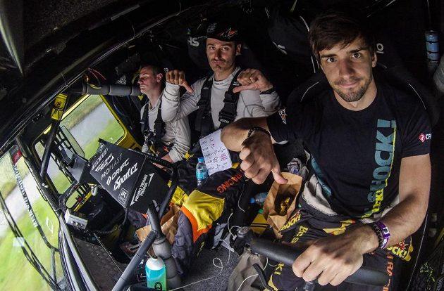 Z gest posádky Martina Macíka (vpravo) je jasné, že 9. etapa Rallye Dakar byla pro závodníky asi dosud nejtěžší.