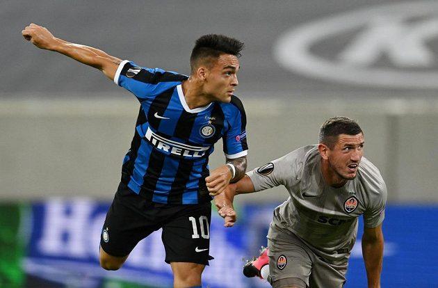 Útočník Interu Milán Lautaro Martínez (vlevo) otevřel přesnou hlavičkou skóre semifinálového zápasu Evropské ligy proti Šachtaru Doněck.