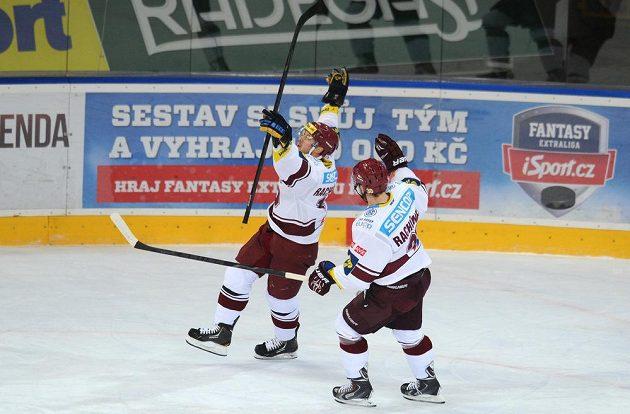 Bratři Ivan (vlevo) a Tomáš Rachůnokové osluvují gól.