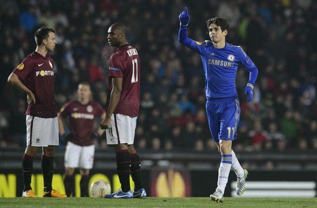 Oscar z Chelsea (vpravo) se raduje z branky do sparťanské sítě.