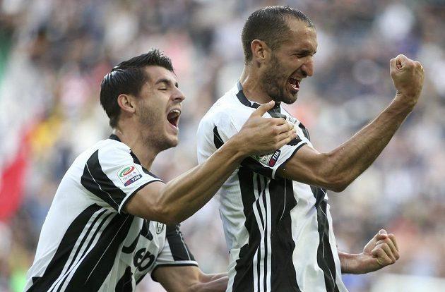 Radost Giorgia Chielliniho (vpravo) a Álvara Moraty z Juventusu v utkání se Sampdorií.