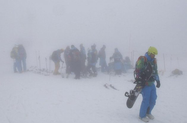Snowboardkrosaři kvůli mlze kvalifikaci nejeli vůbec. Start vyřazovacích bojů byl odložen.