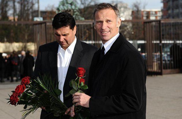 Dominik Hašek a Vladimír Růžička před strašnickým krematoriem.