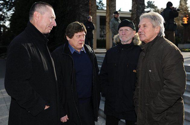 Cyril Suk (vlevo), František Výborný, Miroslav Kuneš a Richard Farda se také přišli rozloučit s Karlem Gutem.