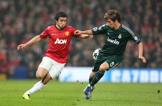 Rafaela z Manchesteru United (vlevo) brání Fabio Coentrao z Realu Madrid.