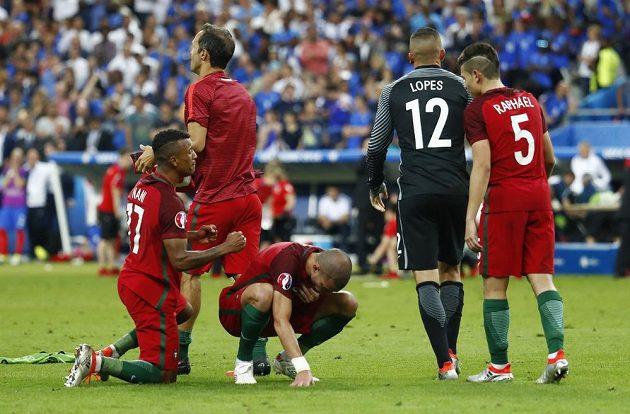 Portugalci Pepe (v podřepu) a Nani po finále s Francií.