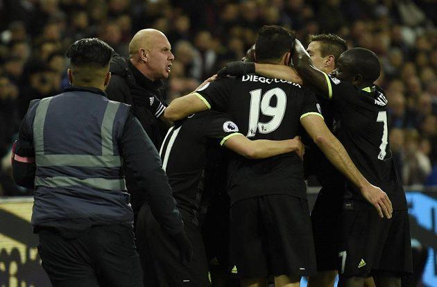 Radost fotbalistů Chelsea v zápase proti West Hamu.