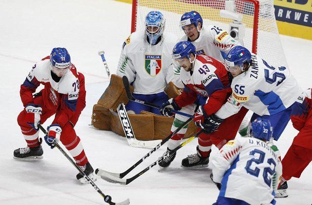 Závar před italskou brankou: Marco de Filippo Roia, Diego Kostner, Luca Zanatta a Filip Chytil a Jan Kovář.