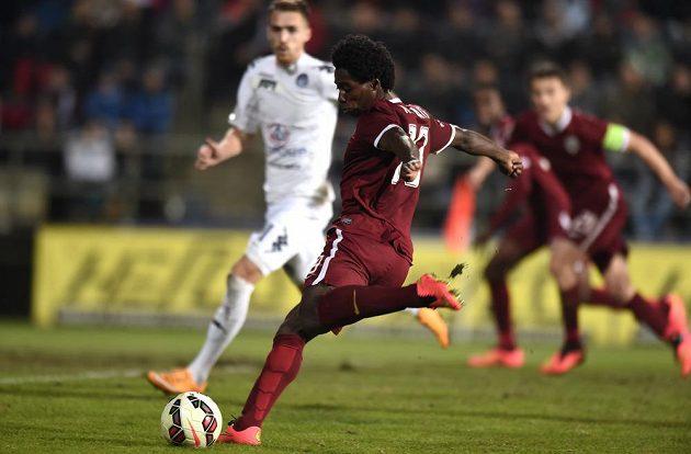 Záložník Sparty Tiémoko Konaté střílí druhý gól hostů v utkání na Slovácku.