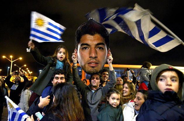 Stovky fanoušků přijely na letiště v Montevideu přivítat útočníka Luise Suáreze, čekaly však marně.