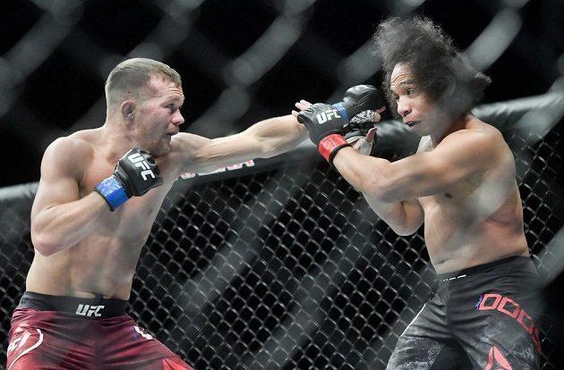 Zápas v kategorii bantamová váha - Petr Yan z Ruska (vlevo) a John Dodson z USA na Večeru smíšených bojových umění UFC Fight Night Prague.