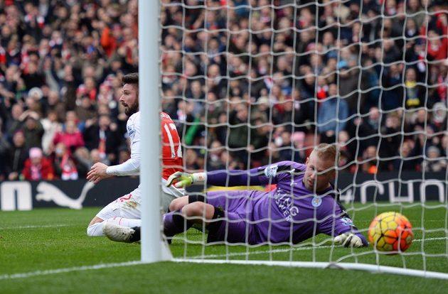 Útočník Olivier Giroud z Arsenalu překonal brankáře Leicesteru Kaspera Schmeichela v zápase 26. kola anglické Premier League. Gól ale nebyl uznán, protože padl z ofsajdu.