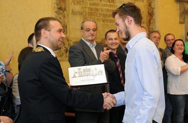 Mezi oceněnými hokejisty u plzeňského primátora Martina Baxy (vlevo) nemohl chybět ani brankář Marek Mazanec