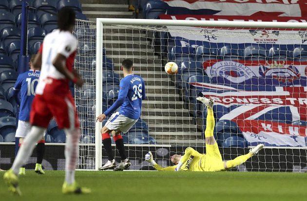 Brankář skotského celku Allan McGregor je bezmocný, Slavia po hlavičce Petera Olayinky (není na snímku) vede 1:0.
