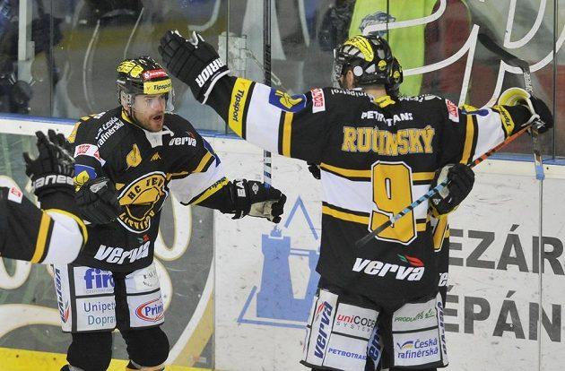 Litvínovský útočník Jakub Petružálek (vlevo) slaví se spoluhráčem Martinem Ručinským gól proti Brnu.