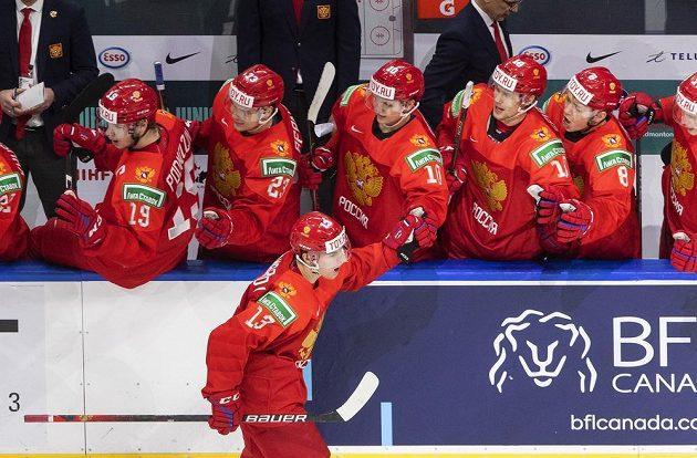 Ruský útočník Vasilij Ponomarjov se dělí se spoluhráči o radost z gólu ve čtvrtfinálovém utkání MS s Německem.
