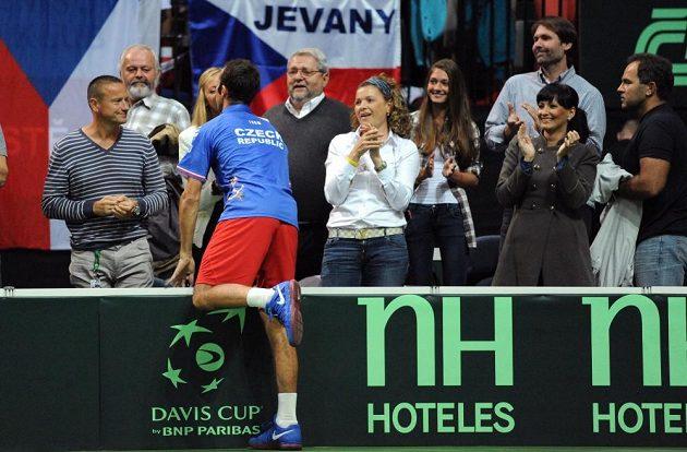 Tenista Radek Štěpánek (zády) oslavuje s přítelkyní Petrou Kvitovou postup do finále Davis Cupu.