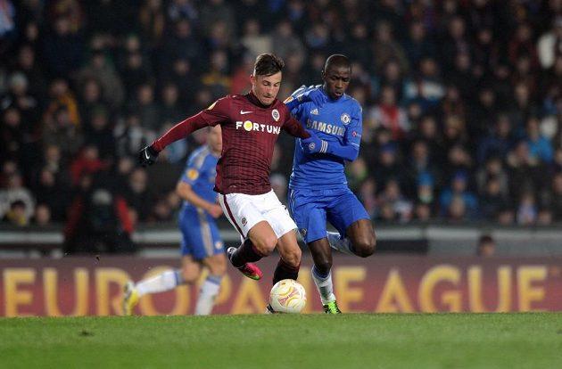 Lukáš Vácha ze Sparty (vlevo) vede míč před Ramiresem z Chelsea.