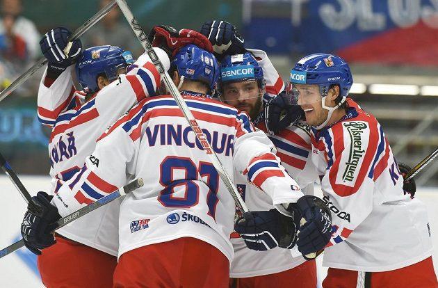 Čeští hokejisté se radují z gólu Tomáše Kundrátka (vpravo) proti Rusku.