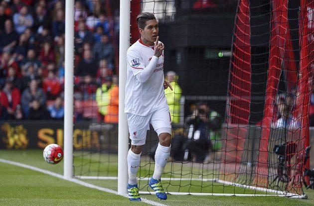 Brazilský útočník Liverpoolu Roberto Firmino slaví gól do sítě Bournemouthu.