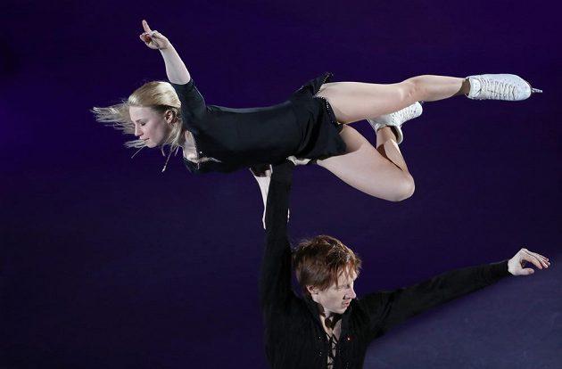 Ruská sportovní dvojice Jevgenija Tarasovová a Vladimir Morozov při exhibici.