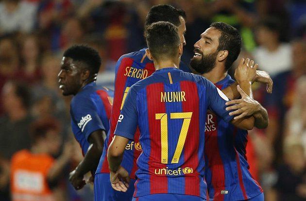 Záložník Barcelony Arda Turan (vpravo) přijímá gratulace od svých spoluhráčů.