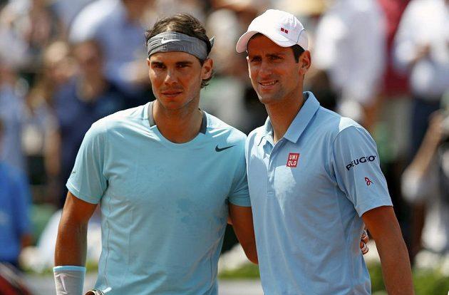 Dva nesmiřitelní rivalové - Španěl Rafael Nadal a Srb Novak Djokovič (vpravo).