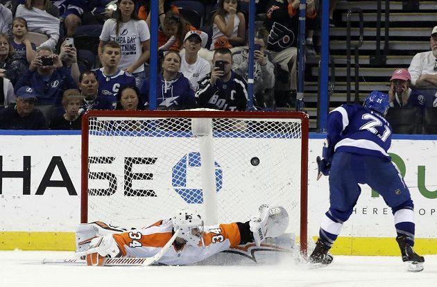 Útočník Tampy Brayden Point (21) překonává v rozstřelu gólmana Flyers Petra Mrázka.