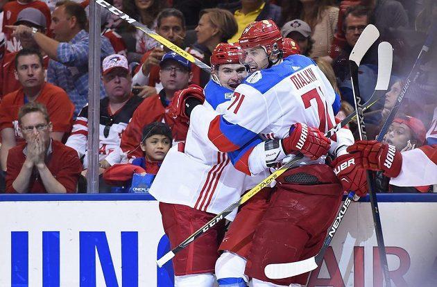 Radost hokejistů Sborné Dmitrije Orlova (8), Jevgenije Malkina (71) a schovaného Nikity Kučerova (86) z gólu proti Kanadě.