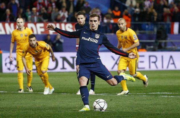 Antoine Griezmann z Atlétika dává z penalty druhý gól proti Barceloně v odvetě čtvrtfinále Ligy mistrů.