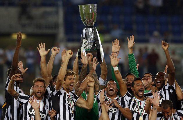 Fotbalisté Juventusu Turín slaví zisk italského Superpoháru.