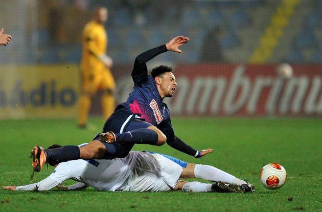 O míč bojují Sergej Rybalka (dole) z Liberce a Francis Coquelin z Freiburgu.