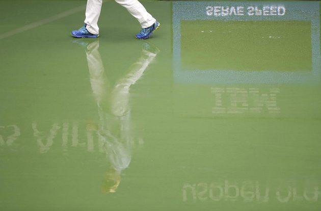 Start finále US Open byl kvůli dešti odložen.