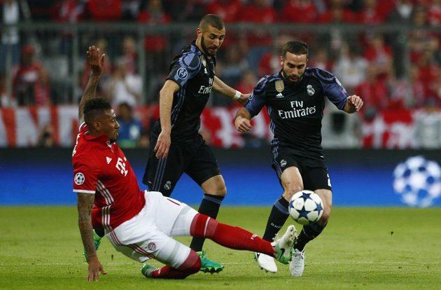 Jerome Boateng z Bayernu v souboji s dvojicí Daniel Carvajal (vpravo) a Karim Benzema z Realu Madrid.