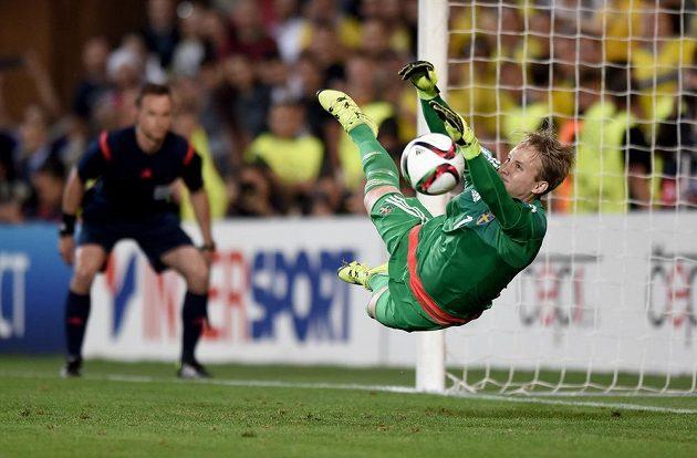 Švédský brankář Patrik Carlgren chytá penaltu ve finále ME hráčů do 21 let.