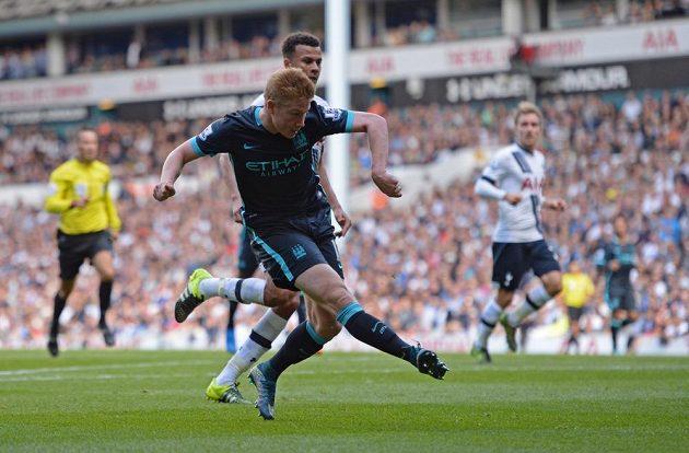Kevin De Bruyne z Manchesteru City střílí gól Tottenhamu.